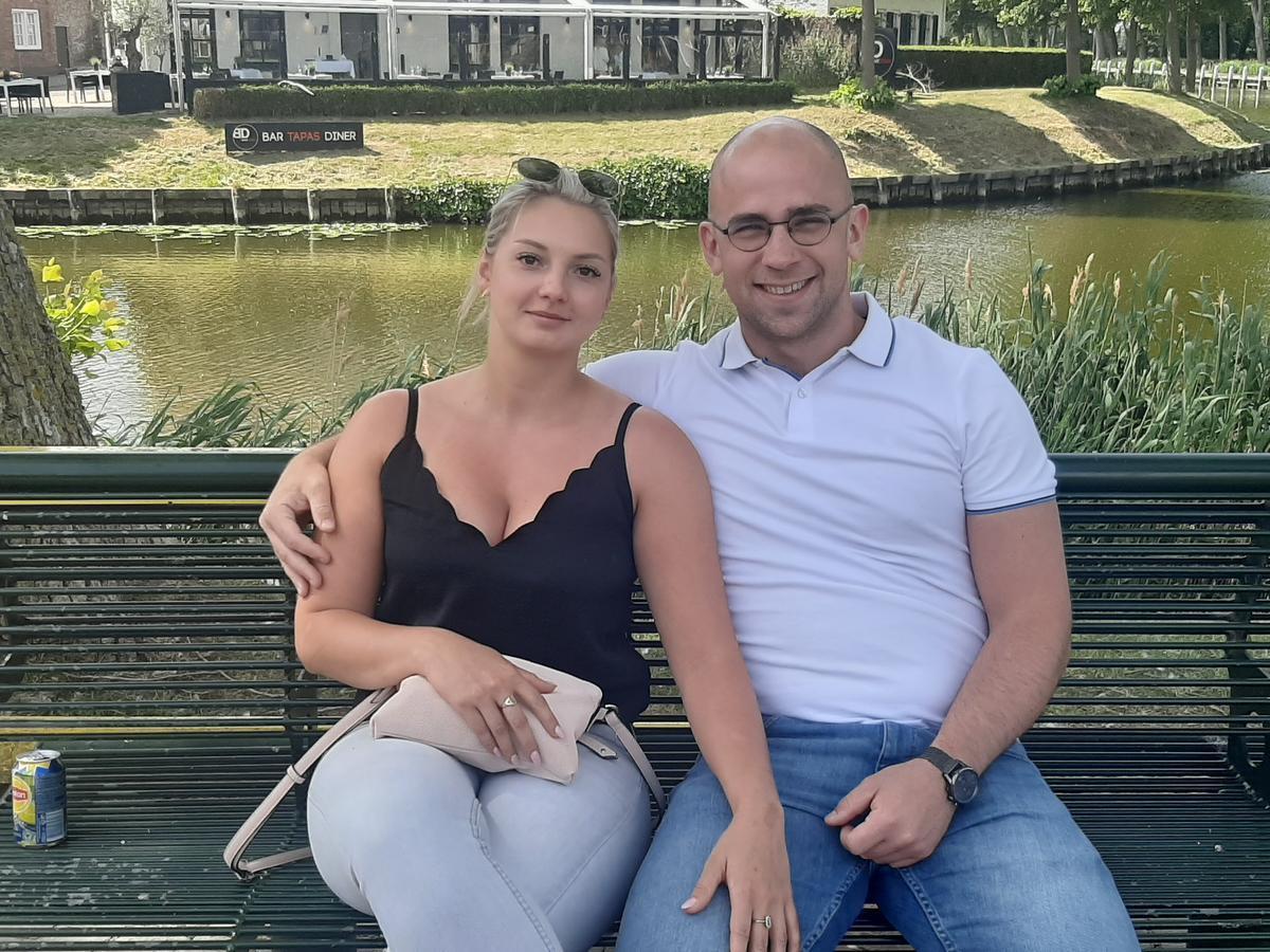 Jolien Hoerée en Vincent Vanhecke genieten eerst nog even op een bankje, in afwachting van hun etentje.