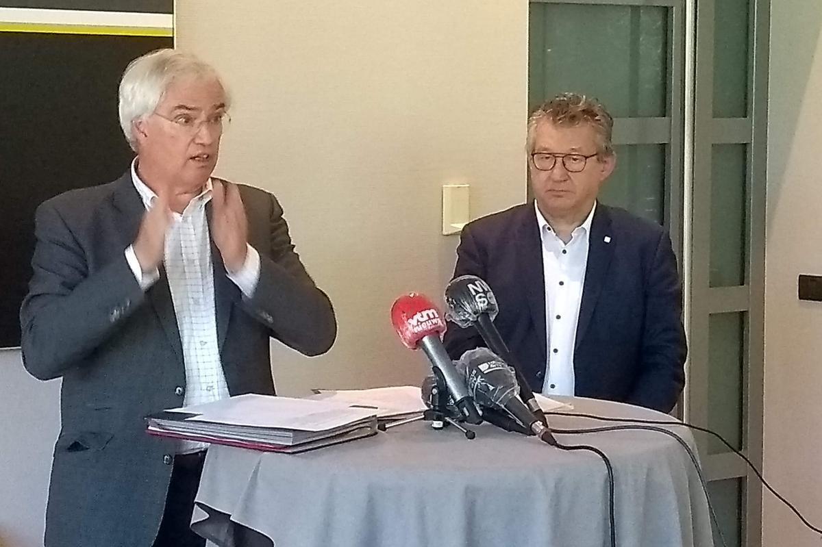 Gouverneur Carl Decaluwé (links) en voorzitter van het kustburgemeestersoverleg en burgemeester van Brugge Dirk De fauw lichten het gemeenschappelijke voorstel van de kustburgemeesters toe.