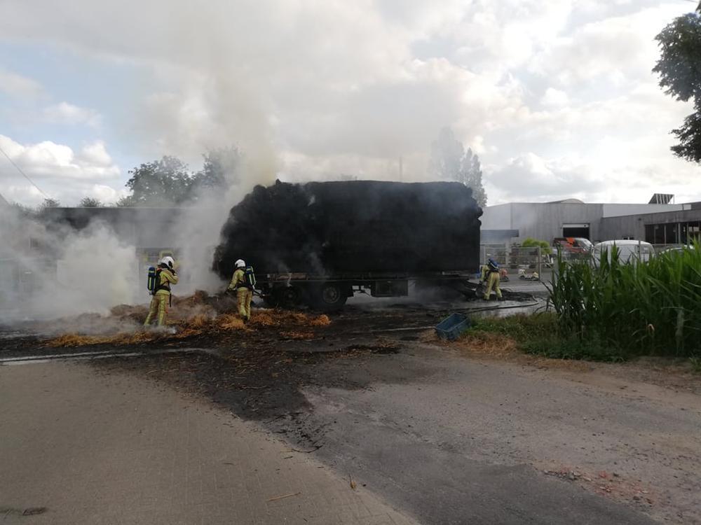 Lading stro vat vuur langs de Staatsbaan in Kortemark