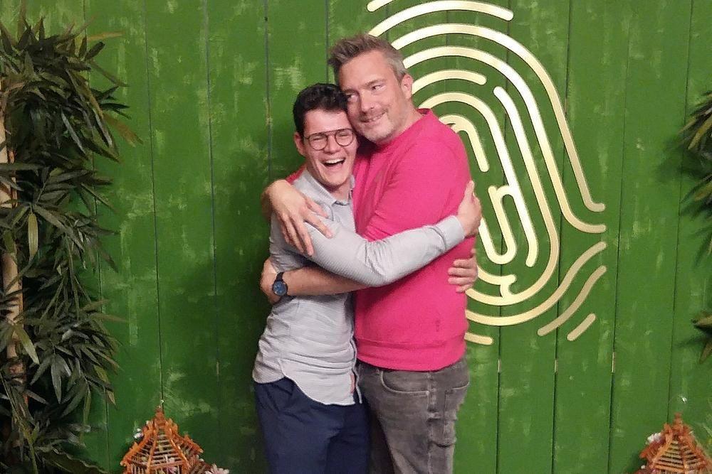 Het was het meest hartverwarmende moment uit de reeks: Martijn die een knuffel vroeg aan presentator Gilles De Coster. Iets wat ze vanavond vlak voor Café De Mol nog graag eens herhaalden. (Foto BVB)