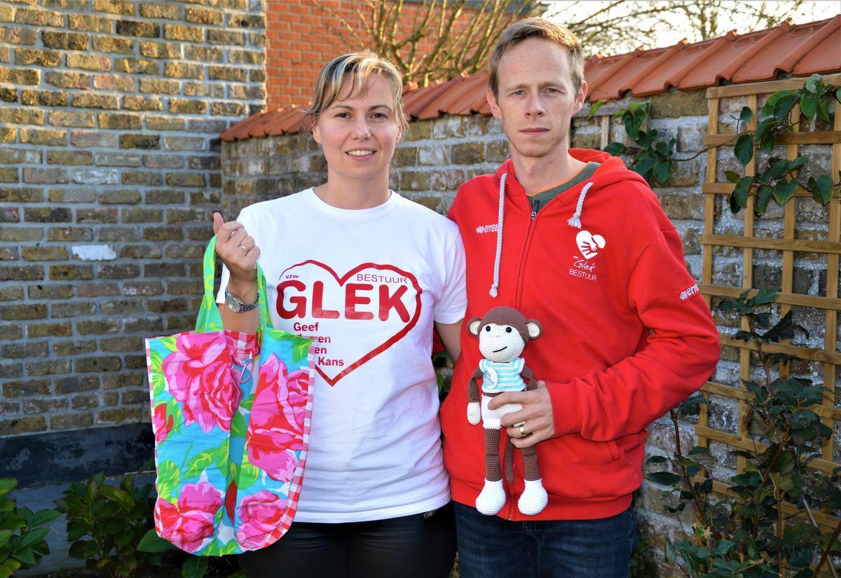 Charlotte Govaert en Benny Cattoor nemen dit jaar deel aan de Warmste Week met de actie 'Naai zakken voor vzw Glek'. (foto WK)