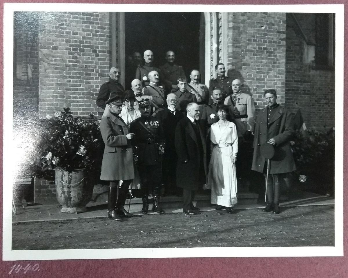 Koning Albert I (rechts) ontving in Loppem de Franse president Raymond Poincaré (midden). Hier staat Poincaré naast koningin Elisabeth en voor de jonge prins Leopold (de latere Leopold III).