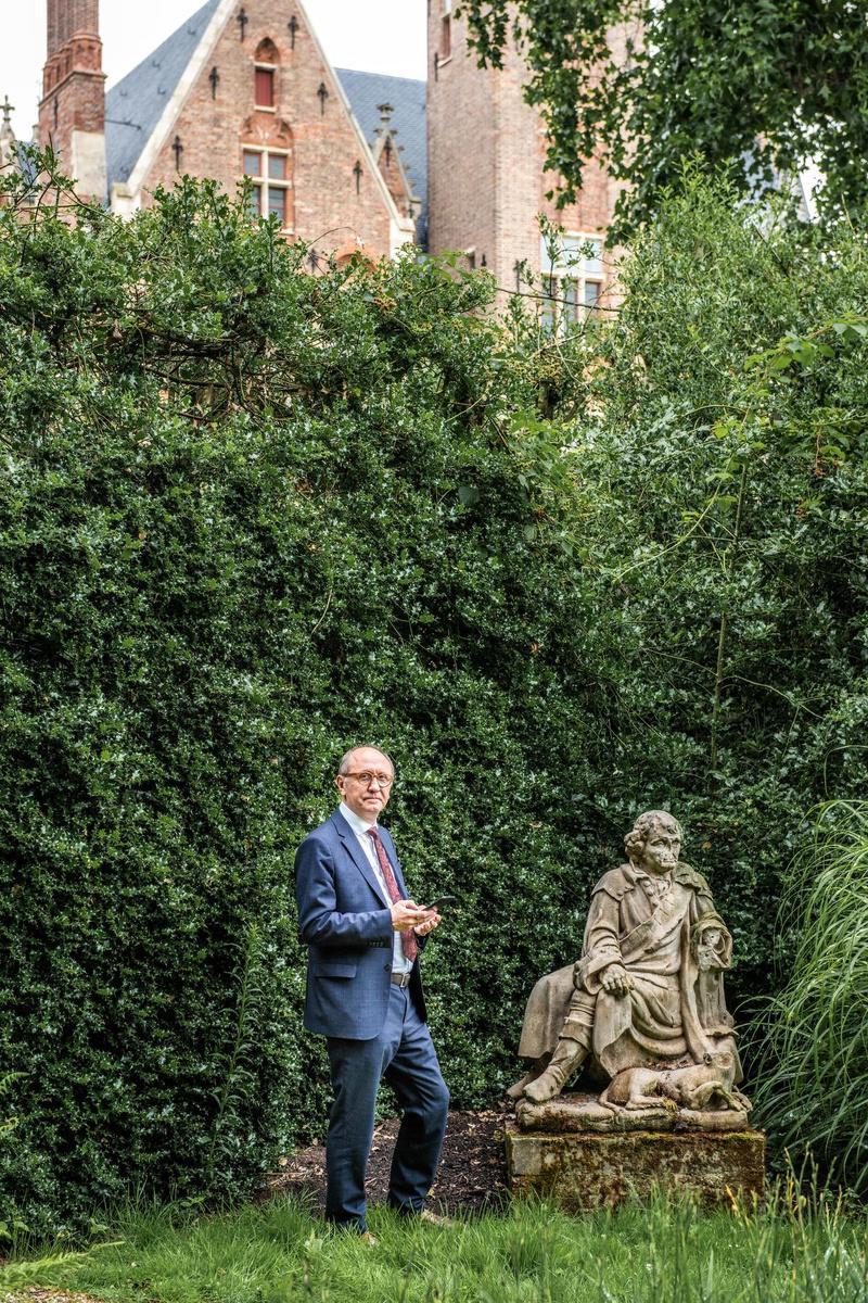 Johan Vande Lanotte in de tuin van het kasteel.
