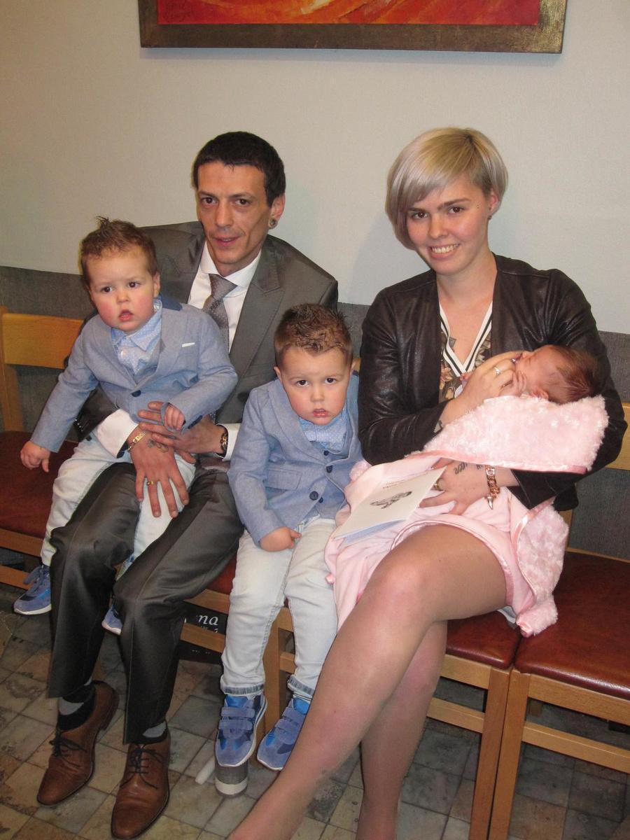 Juanito en Elke met de kids bij het doopsel van Iluna.