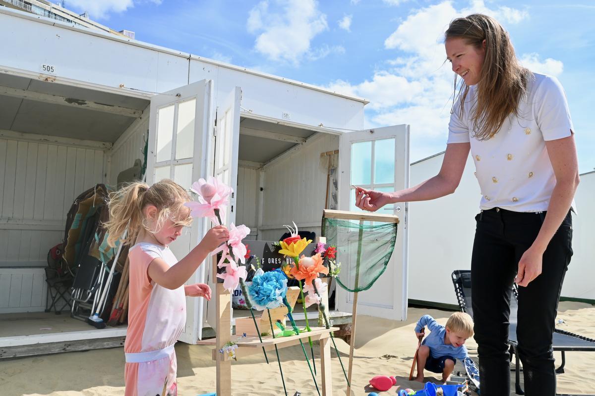 Kristof, Laure en de kindjes zullen deze zomer extra veel tijd doorbrengen bij hun strandcabine in Oostduinkerke. (Foto WVH)