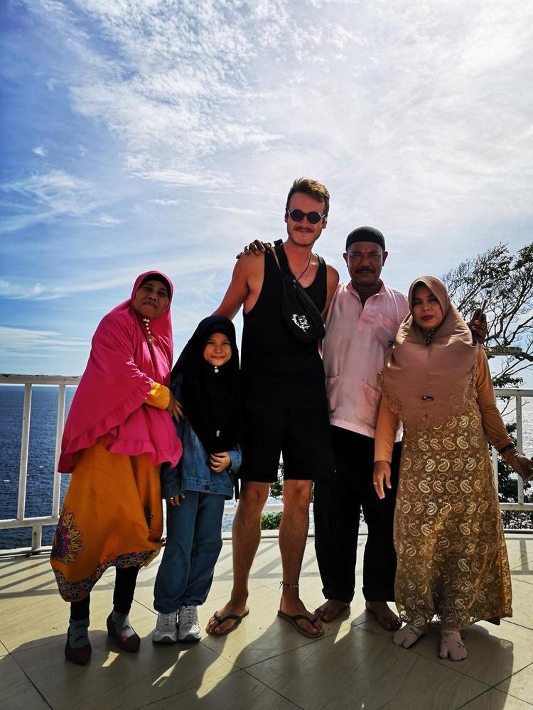 In Noord-Indonesië kwam een familie spontaan bij Florian op de foto staan.