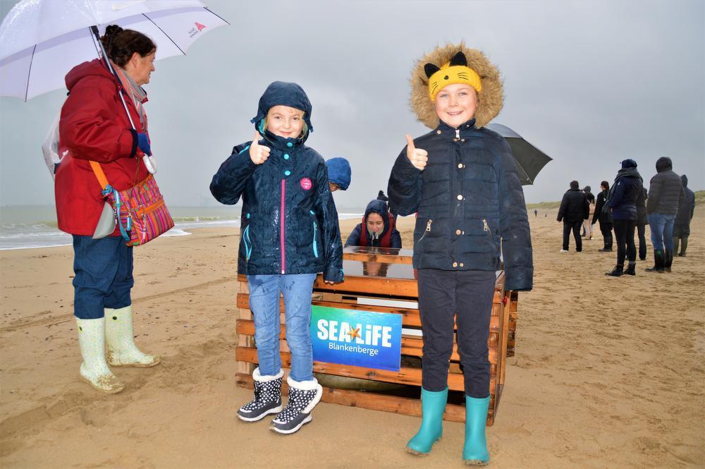 Zusjes Ella en Febe Sterck, 8 en 10 jaar, spaarden allebei om een zeehondje te adopteren.