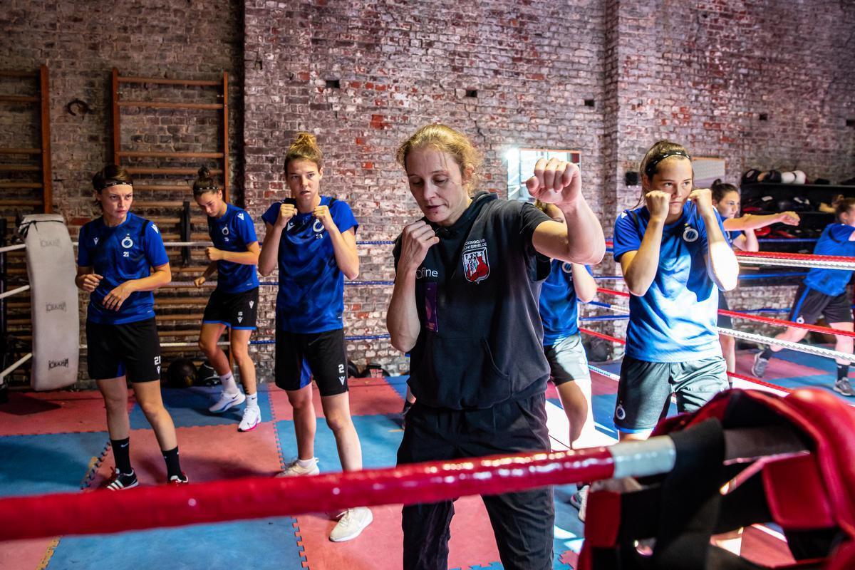 Delfine Persoon geeft een boksinitiatie aan de speelsters van Club YLA.