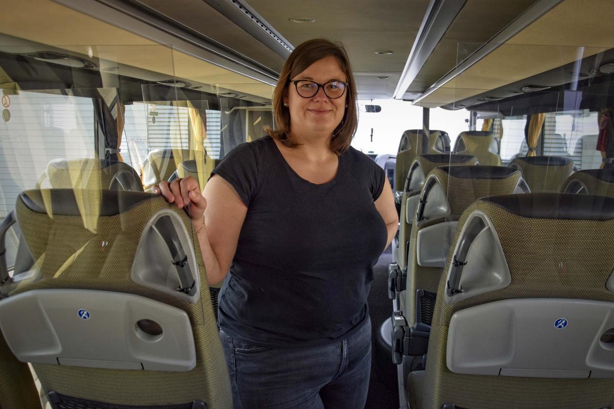 Aline in de aangepaste bus. (foto CLL)