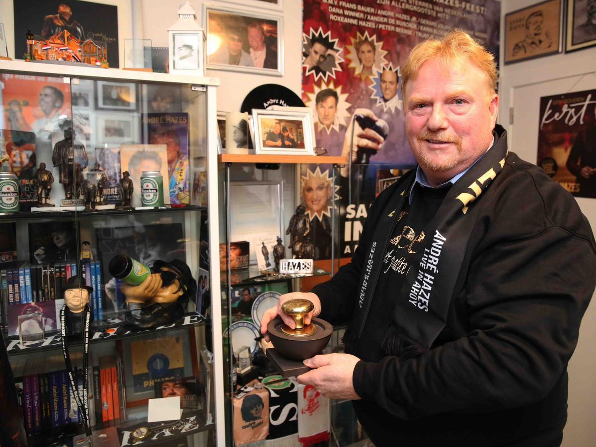 Martin in zijn indrukwekkende privémuseum. (foto SLW)