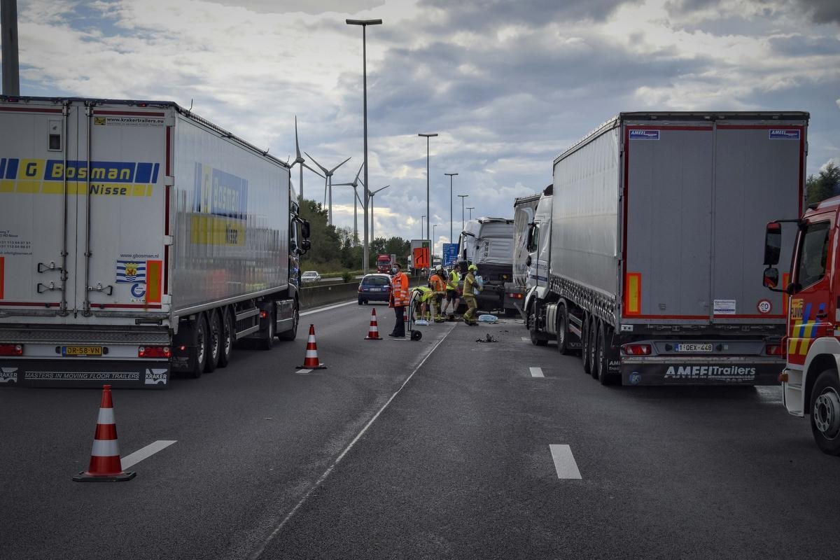 Monsterfile op E17 na kettingbotsing met 5 vrachtwagens, twee zwaargewonden