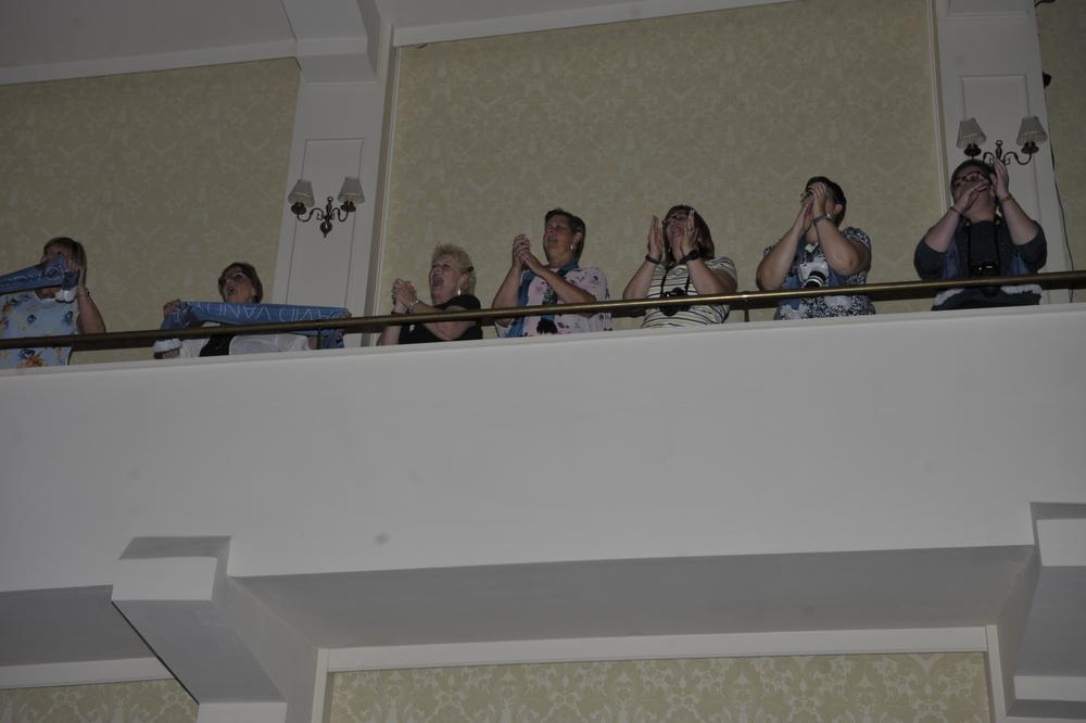 Van zodra David één noot zong, gingen fans dichtbij op het balkon staan om hun idool aan te moedigen.