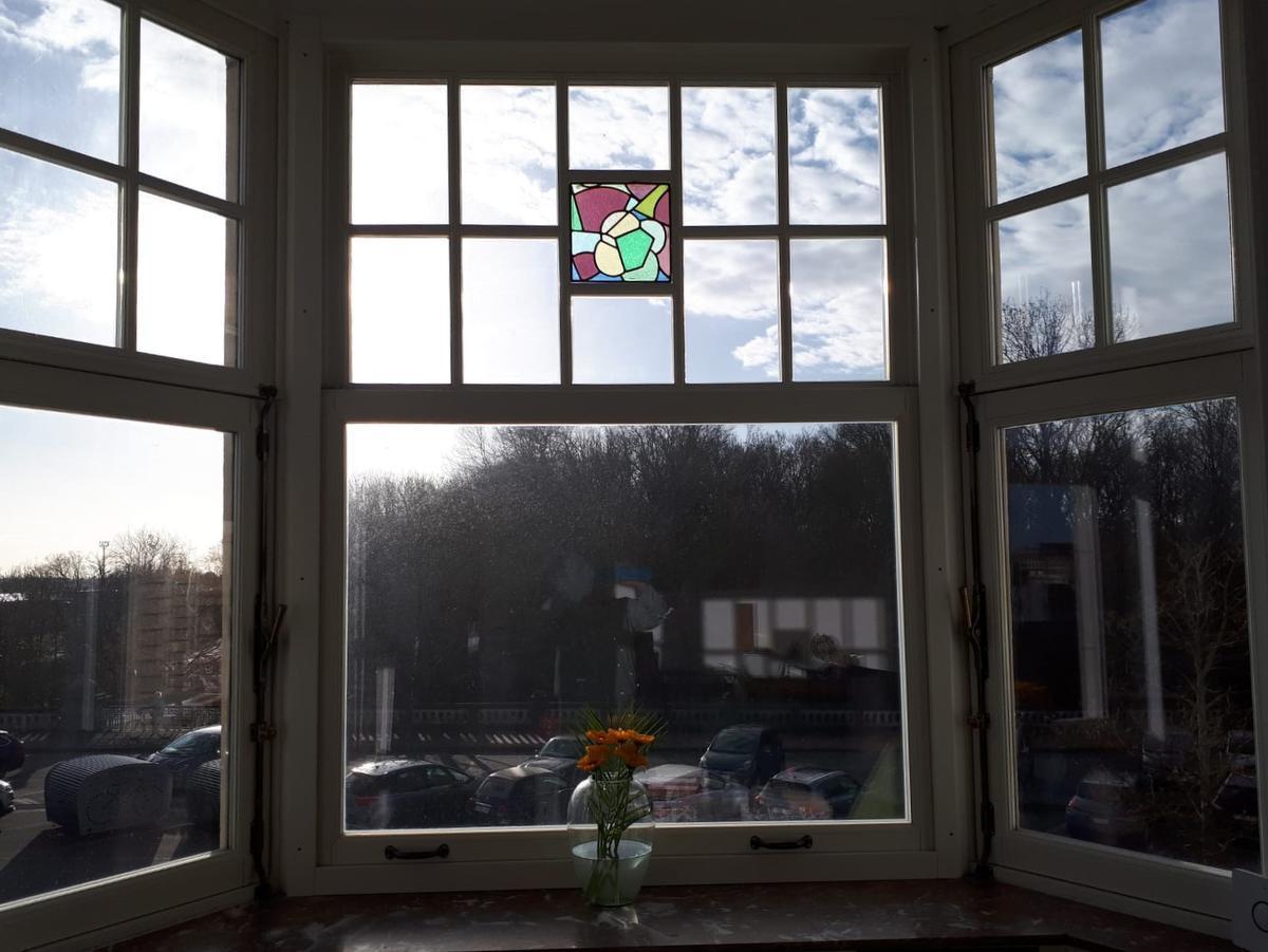 De loden ramen van het gebouw dateren uit de tijd dat het gebouwd werd. Je hebt ook een mooi uitzicht op het park. (foto JRO)