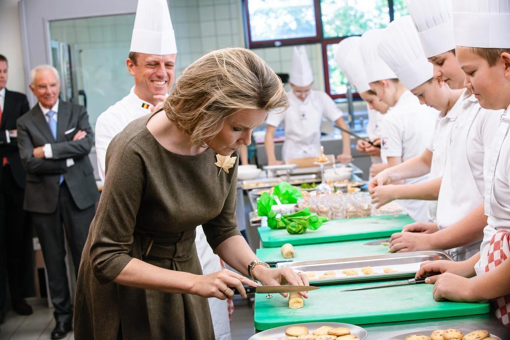 VIDEO - Koningin Mathilde proeft én maakt hapjes in hotelschool Koksijde