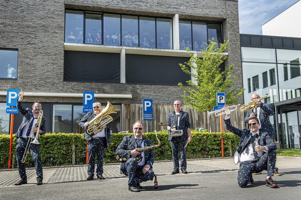 Gitsy Street Band trakteert bewoners Stadense zorgcentra op concert