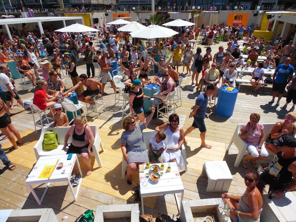 Q-Beach House in Oostende gaat van start onder stralende zon