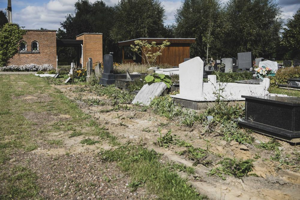 De paadjes en rest van de omgeving op de begraafplaats in Hulste liggen er volgens veel bezoekers slordig bij.