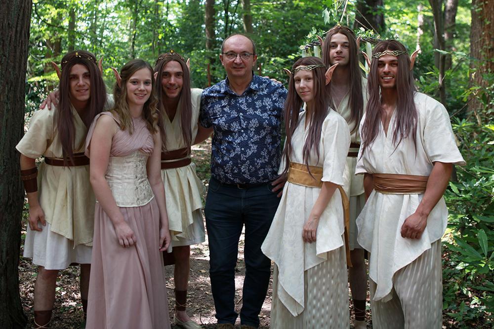 Rémi en Elke in het bos tijdens de opnames, samen met enkele andere figuranten en onze showbizzmedewerker PADI.