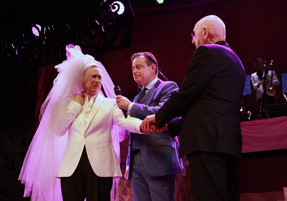 Bruid Koen Crucke verrast echtgenoot en hernieuwt bij burgemeester De Wever huwelijksbelofte