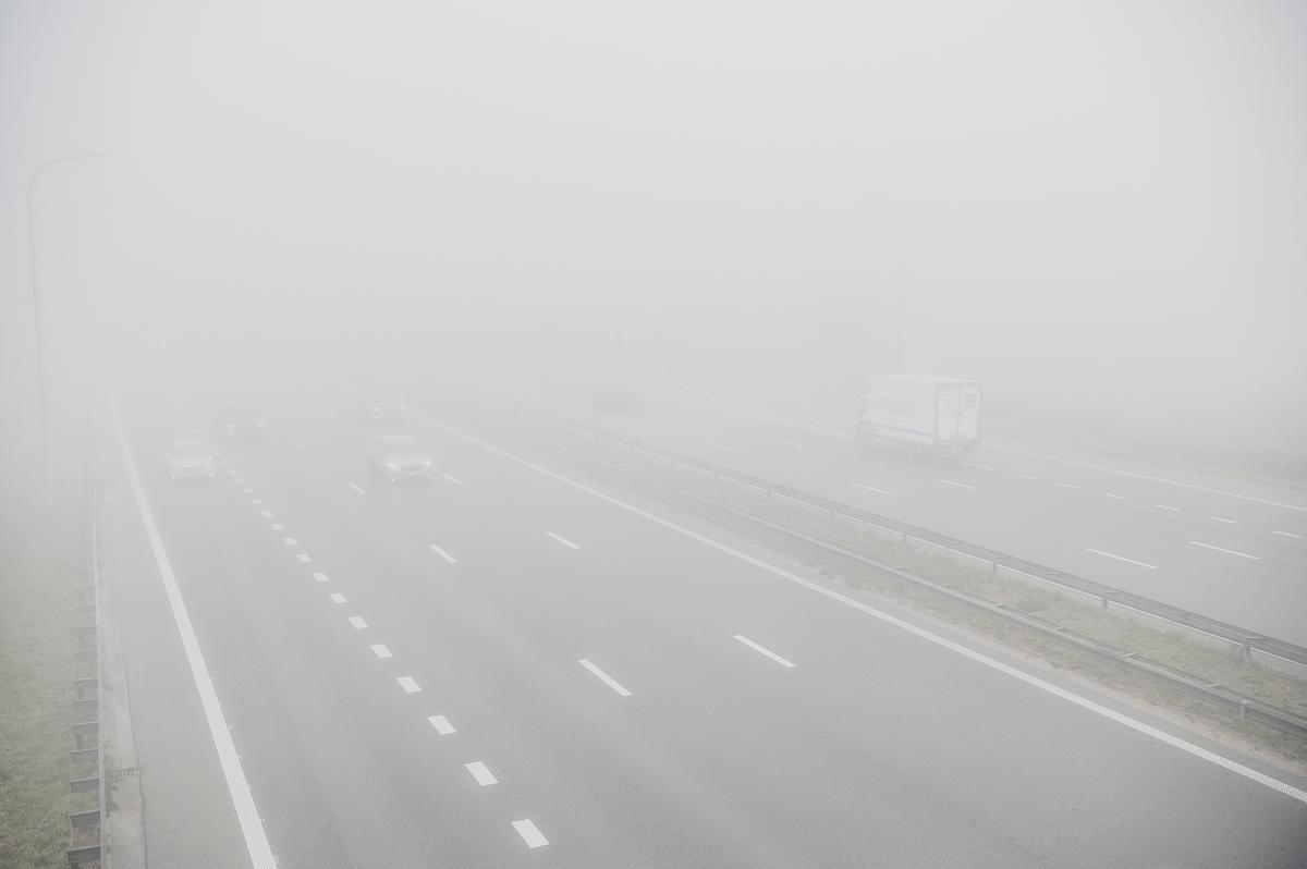 Ook op de snelwegen - hier de E403 ter hoogte van Izegem en Rumbeke - is het zicht beperkt.