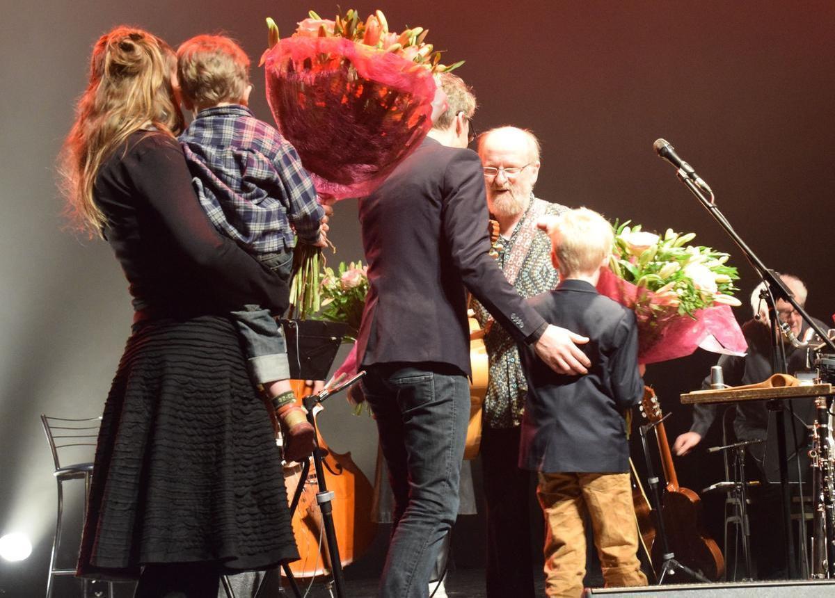 Willem Vermandere kreeg bloemen op het podium van familieleden. (Foto FODI/Jens)
