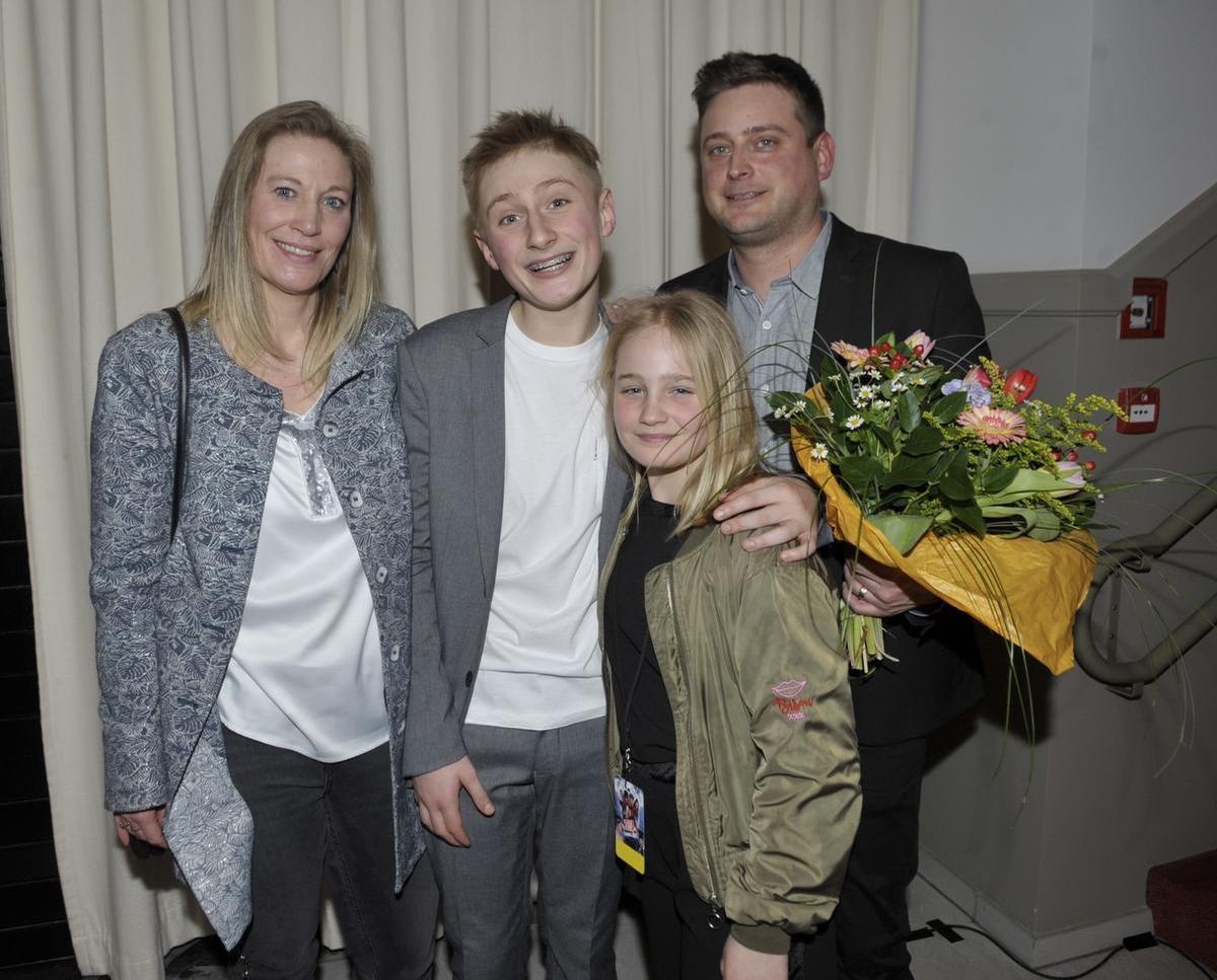De dertienjarige Lars Rogiers uit Oostkamp in het bijzijn van zijn ouders Wim Rogiers en Ilse De Decker en zus Saar.