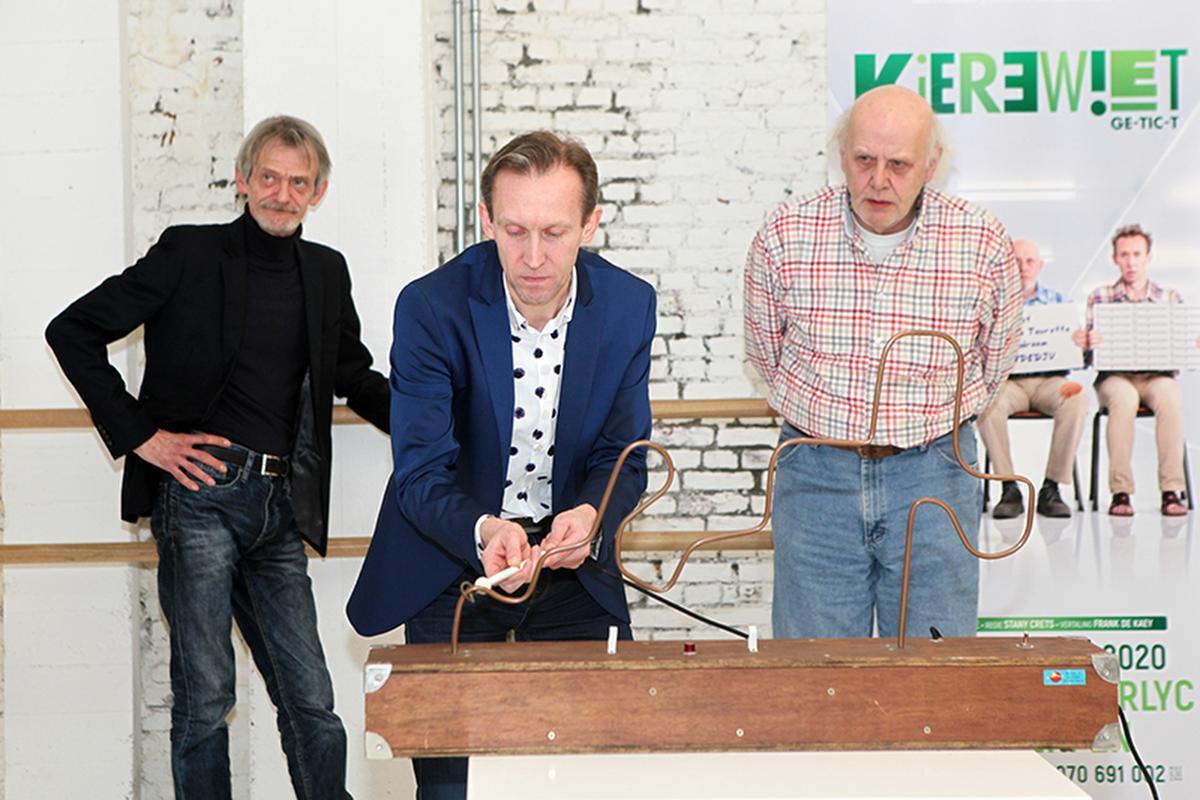 Dirk Van Vooren aan het 'bibberspel' tussen Dirk Lavrysen (links) en Carry Goossens.