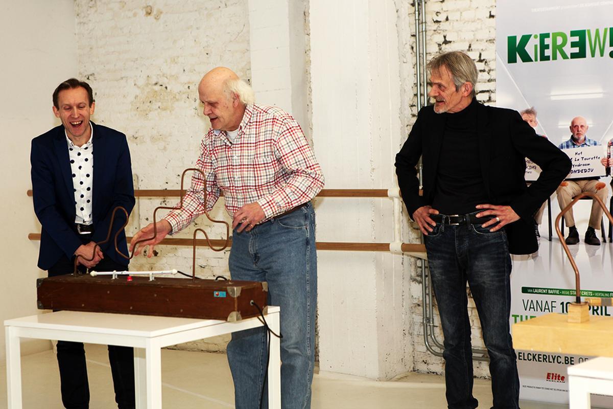 Carry Goossens concentreert zich op het 'bibberspel' in het bijzijn van Dirk Van Vooren en Dirk Lavrysen.