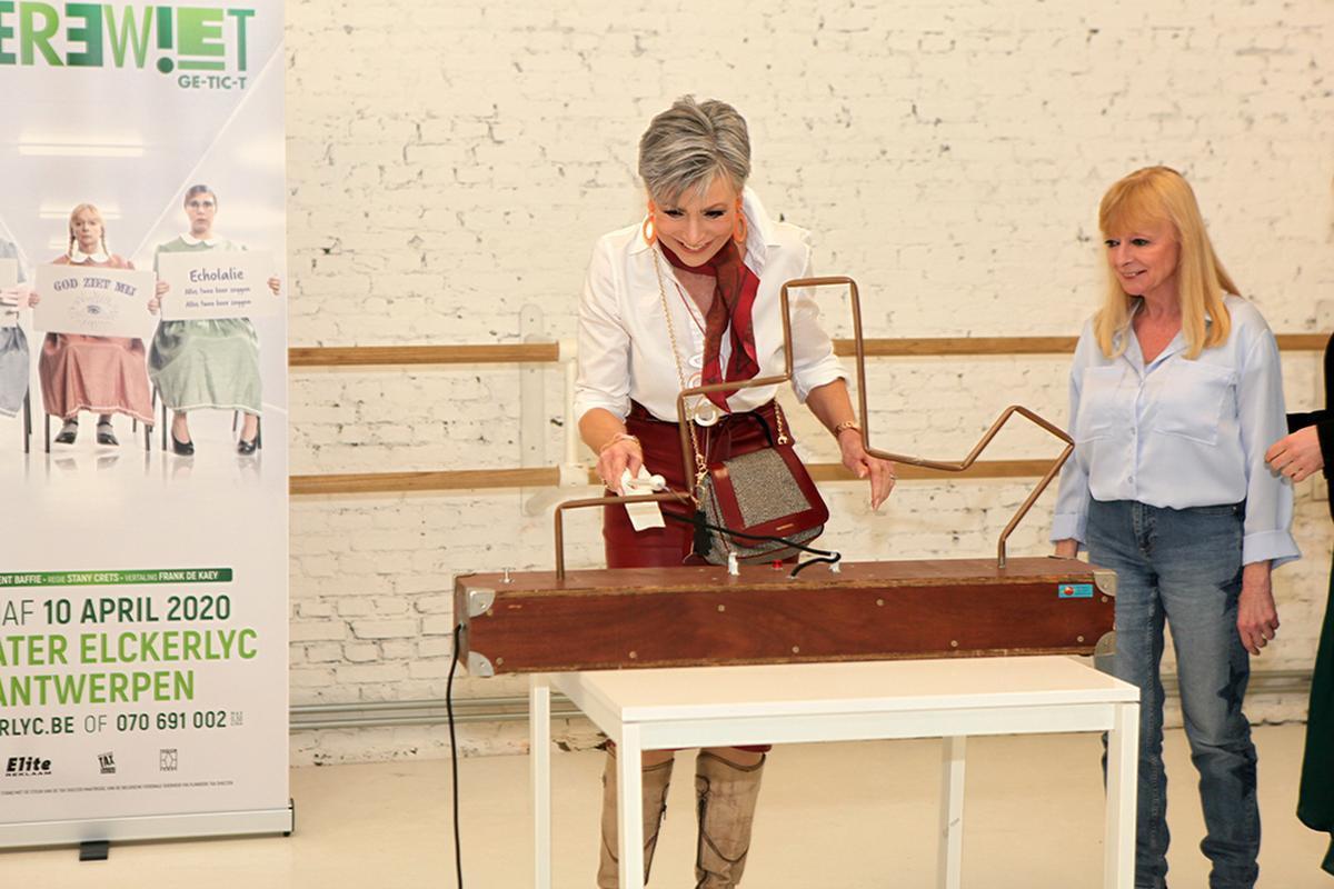 Het 'bibberspel' werd gewonnen door Greet Roufffaer. Linda De Ridder keek aandachtig toe.
