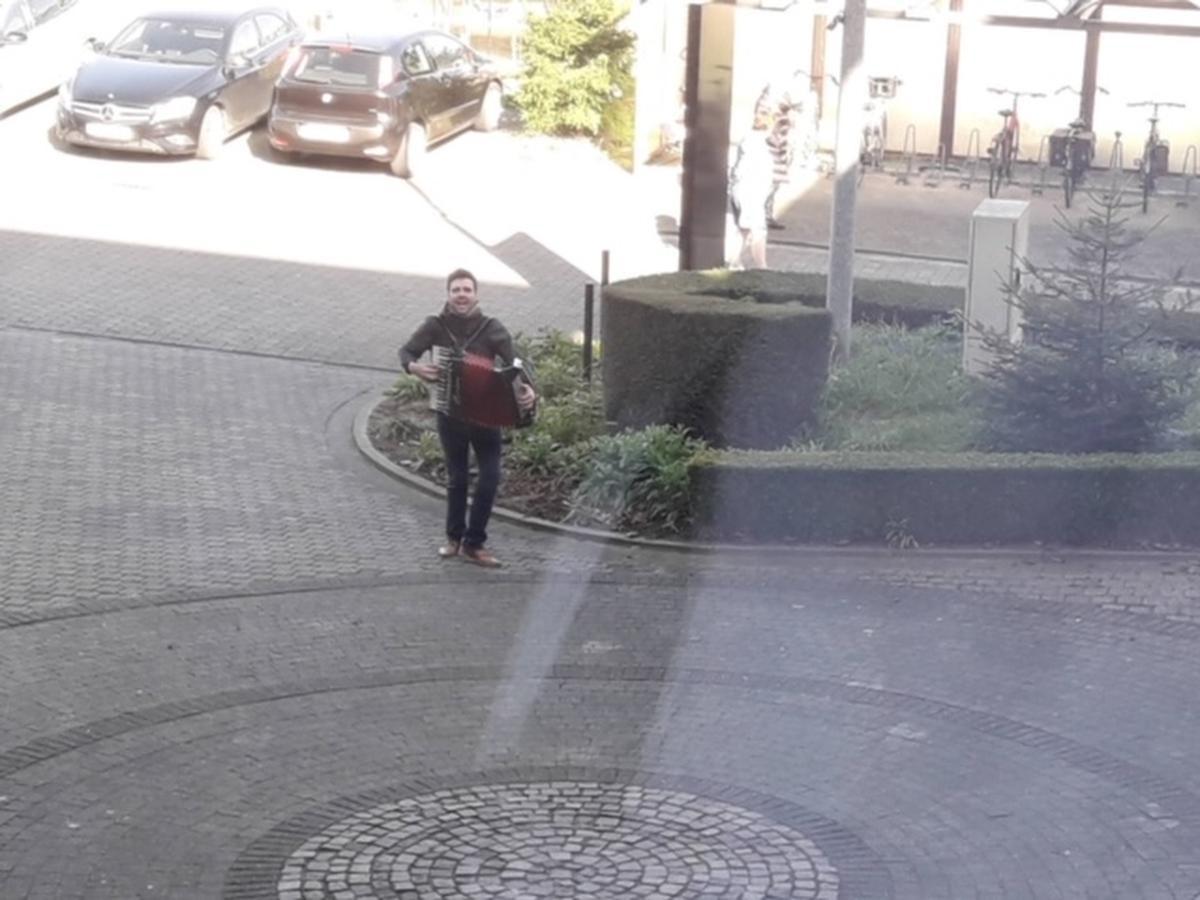 Eenzaam en alleen op de parking, maar hij speelde én zong recht uit zijn hart.
