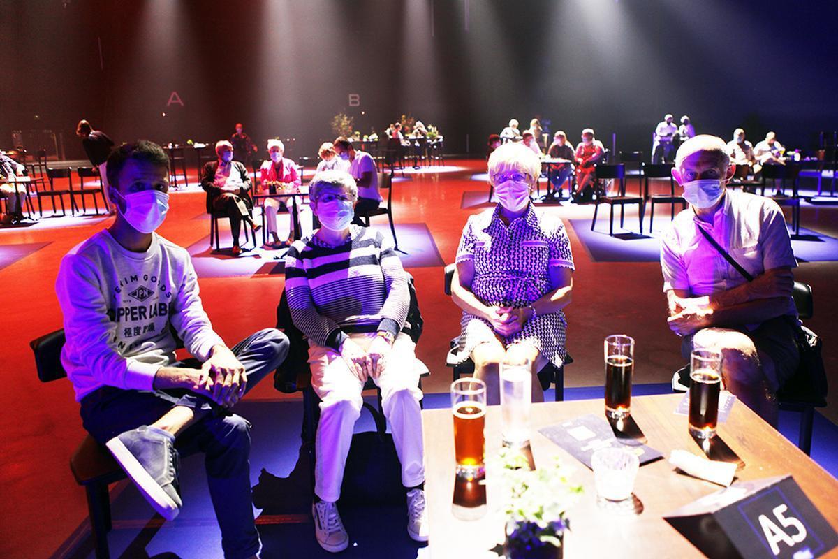 West-Vlaamse fans mét mondmasker aan met v.l.n.r. Christophe Acou (De Panne), Anne-Marie Verbeke (Brugge), Lucrése Demasure (Izegem) en Filip Johan (Brugge).