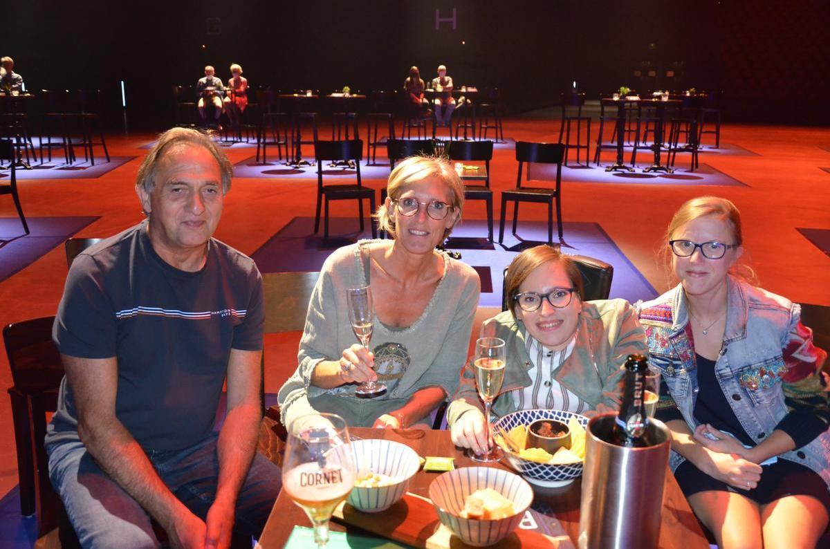 Johan, Annick, de jarige Manou (24) en Marie uit Halen (Limburg).