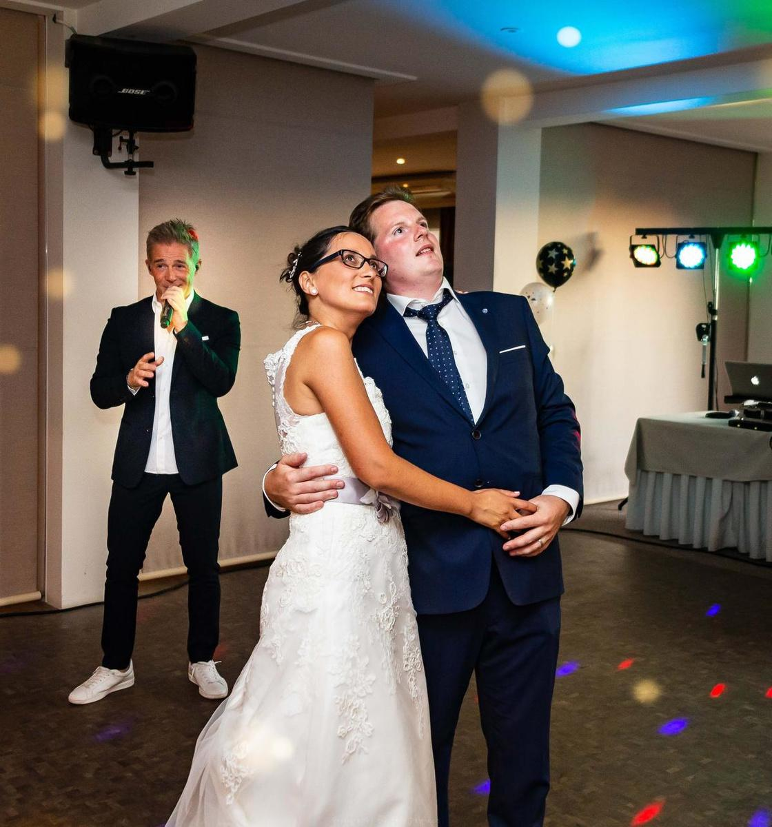 Christoff én Lindsay kwamen zingen op hun trouwfeest.