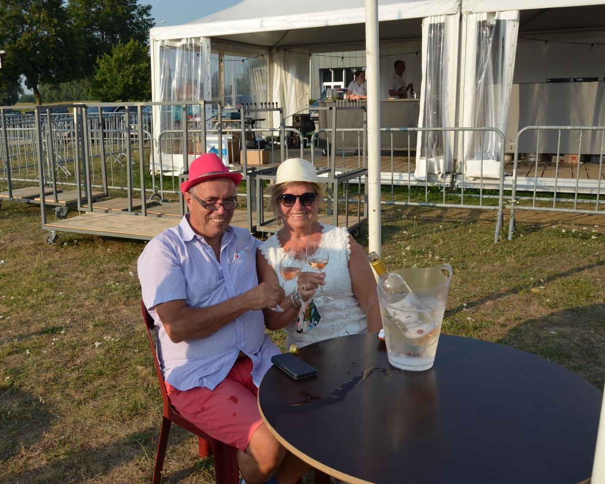 Wilfried Moeyaert uit Zedelgem, samen met partner An Vanautgarden in hun eigen bubbel op het evenementenplein.