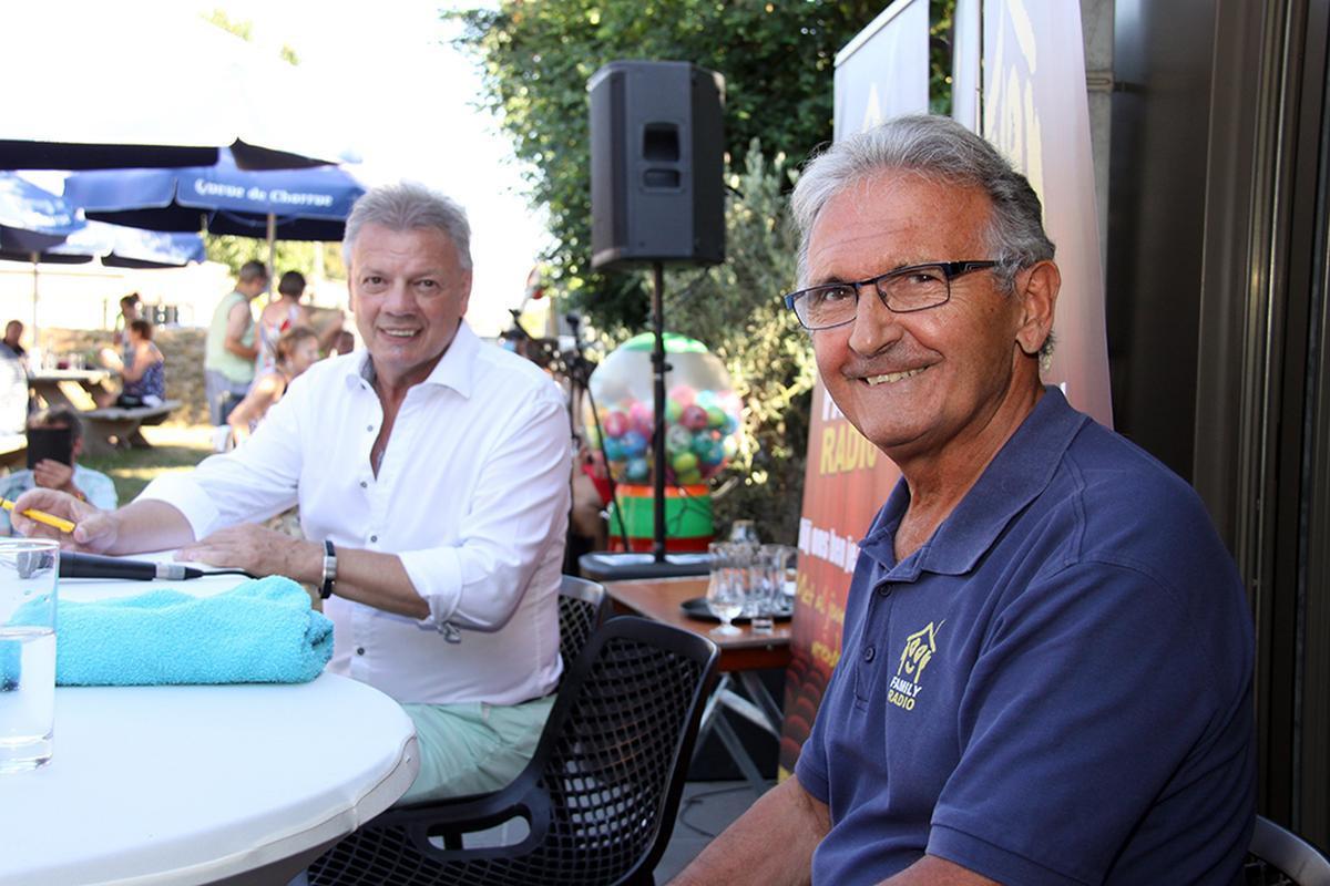 De duivel-doet-het-al én zanger mocht ook eens de microfoon in de hand nemen om te praten met presentator Paul Bruna.