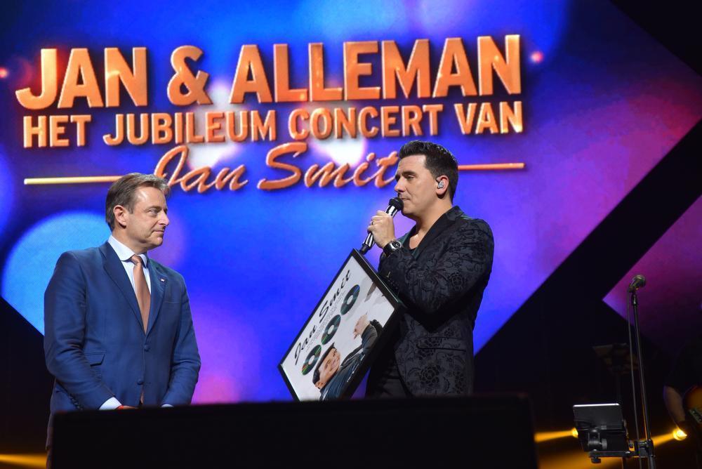 Burgemeester Bart De Wever gaf de Carrièreprijs af voor 500.000 cd's in 20 jaar in België.