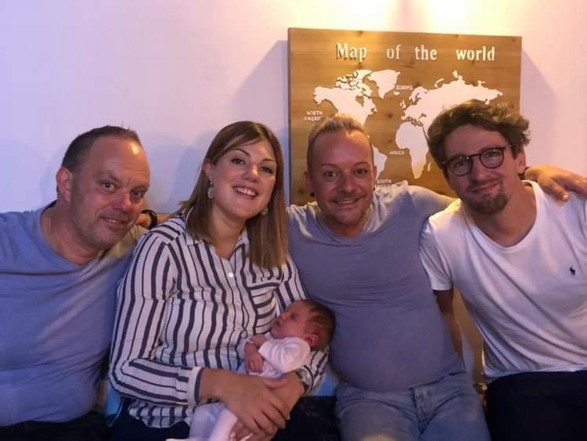 Césan, samen met haar ouders, opa en opi.