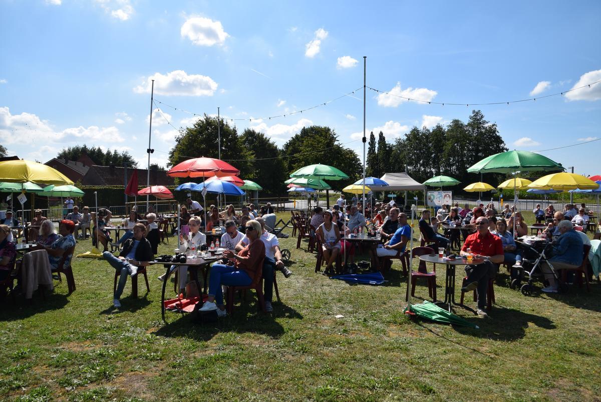 Op het evenementenplein zat iedereen in zijn eigen bubbel onder een parasol.