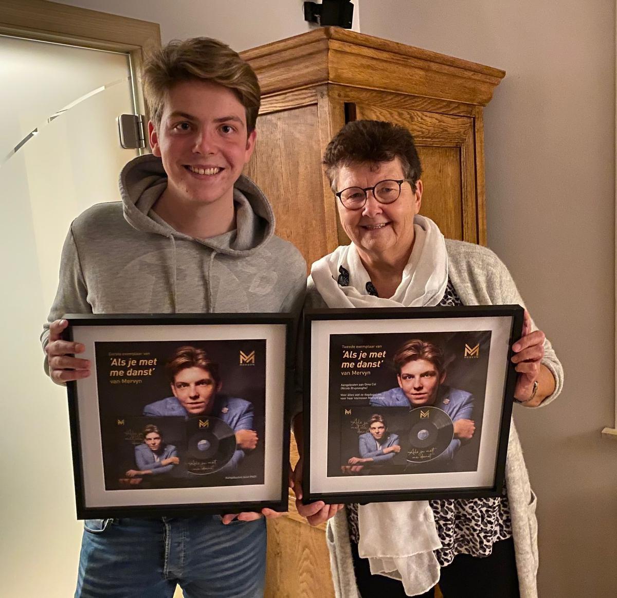 Het eerste én tweede exemplaar van zijn eerste single 'Als je met me danst' voor zijn eigen bureau én ook voor zijn oma.