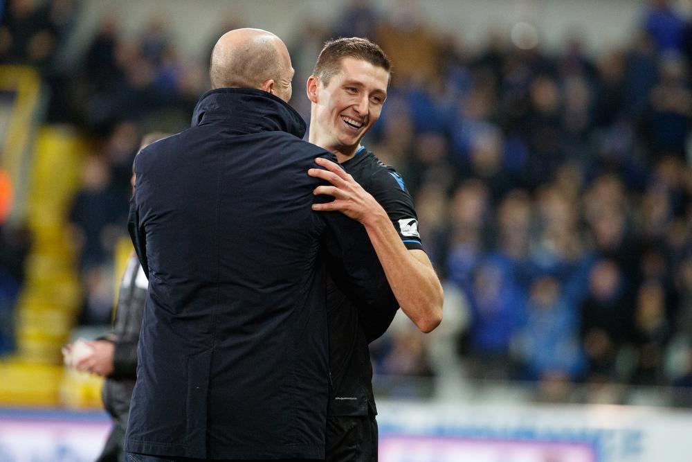 Philippe Clement feliciteert Hans Vanaken: de middenvelder scoorde alweer twee keer.
