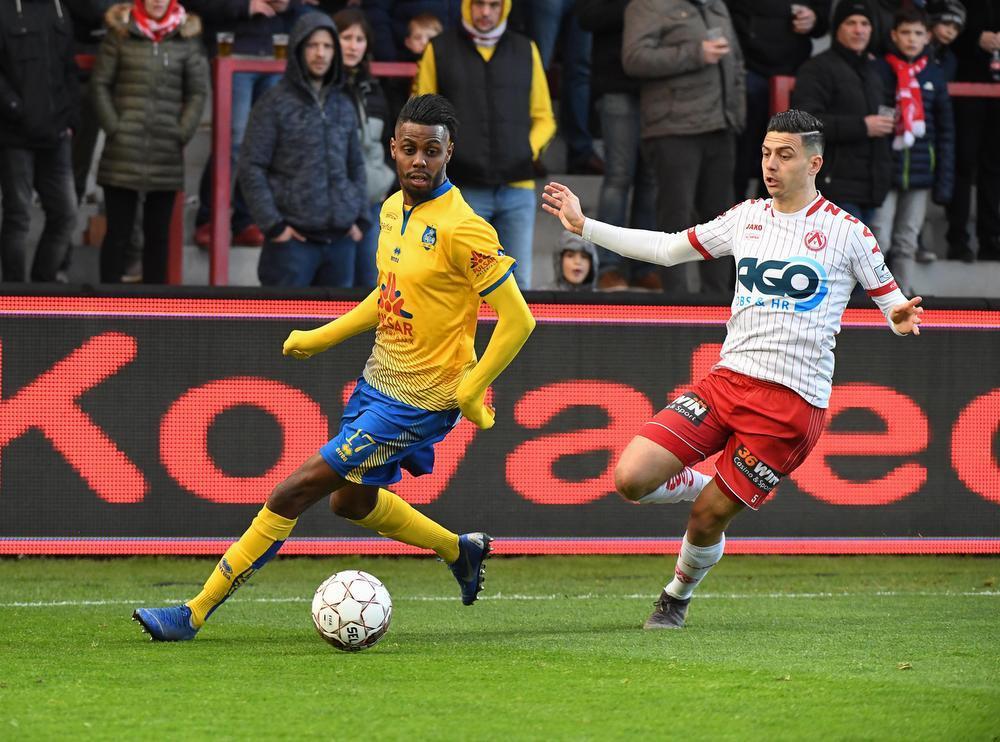 Een beeld van vorig seizoen in play-off 2: Faïz Selemani met Union toen tegen KV Kortrijk en Larry Azouni.