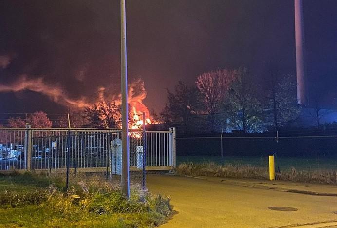 Zware brand bij Staelens Recup in Ieper: autowrakken en banden in lichterlaaie