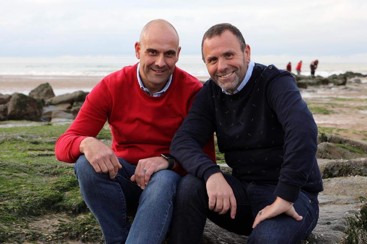 Mike Vandevelde (rechts) en Gunther Pauwels blazen even uit aan de zee na het overlijden hun man en vriend Ronny. (foto Peter Maenhoudt)