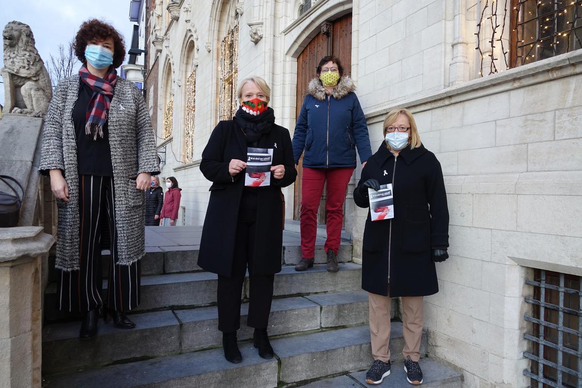 De actievoerders verzamelden met de nodige voorzorgen op de trappen van het oude stadhuis.