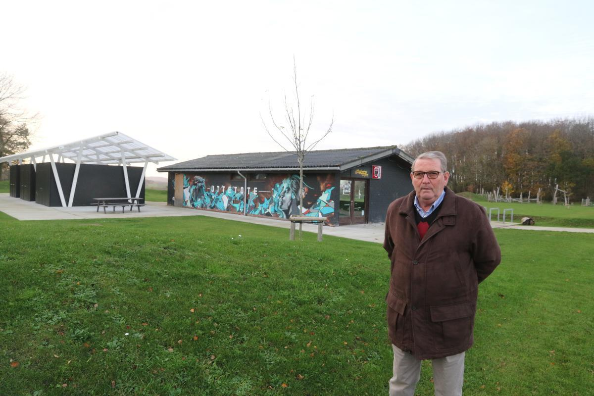 Marc Elslander met achter hem de plaats waar ooit het voetbalveld was. De cafetaria is nog het enige overblijfsel. Waar de kleedhokjes waren, staat nu een nieuw gebouw. (foto EF)