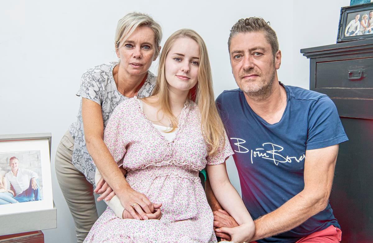 Fiene Verstraete in juni, hier samen met haar ouders Sophie Rosseel en Piet Verstraete. Toen deed ze haar moeilijke, maar bewuste beslissing voor het eerst uit de doeken.