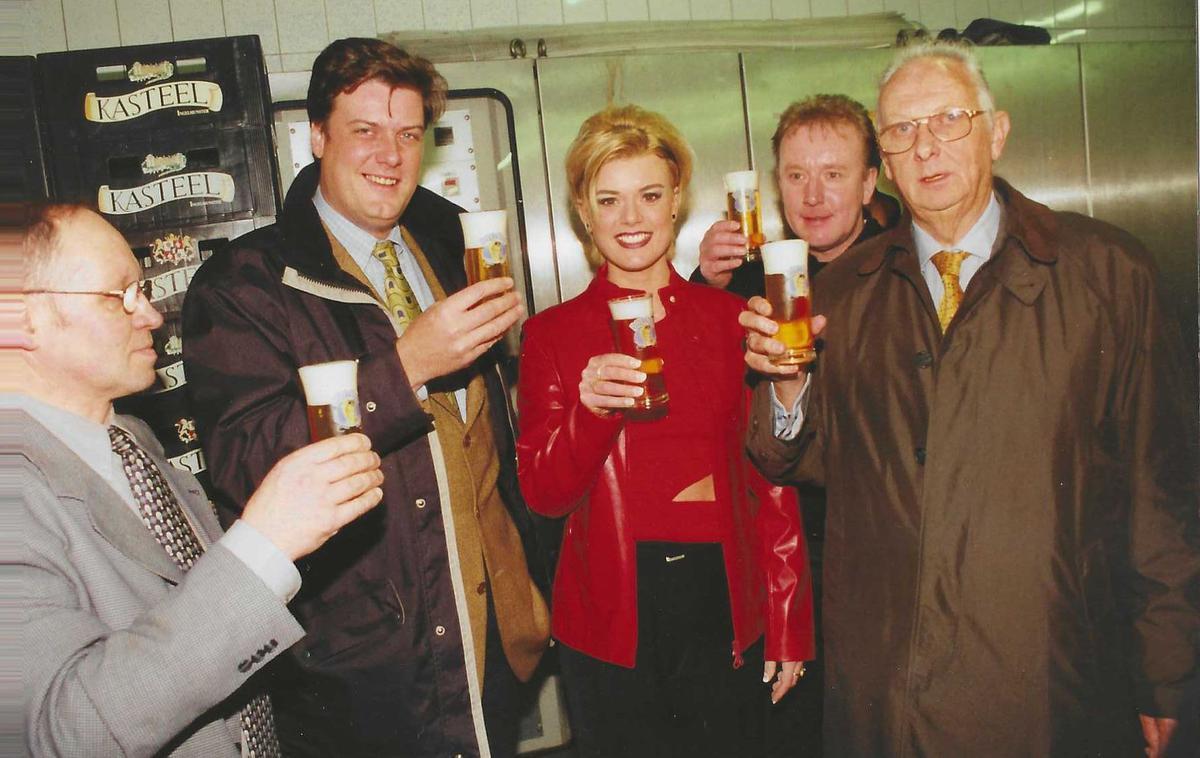 Enkele weken nadat Betty het Big Brother-huis verliet, stelde brouwer Xavier Vanhonsebrouck het nieuwe bier Betty's Blond voor in de brouwerij. De brouwerij besloot dit bier meerdere maanden te verkopen. Betty's Blond was een pittig biertje van 5,5 š% alcohol in flesjes van 25 cl. Op onze foto zie je Betty in het bijzijn van brouwer Jozef Maes (links) Xavier Vanhonsebrouck, fan Eric Verstraete uit Ichtegem en wijlen brouwer Luc Vanhonsebrouck. (foto FODI)