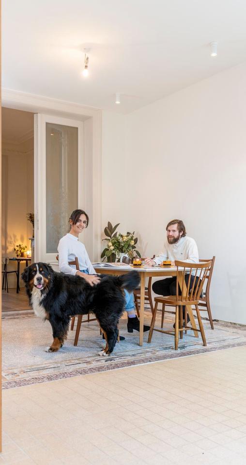 Eva en Pieter behielden veel van de originele interieurelementen zoals de gedetailleerde mozaïekvloer in de leefruimte.