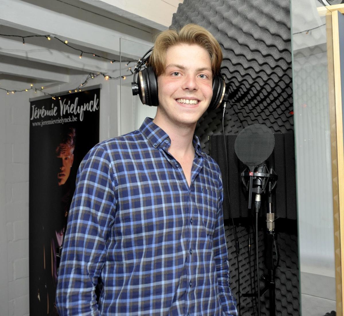 Mervyn tijdens de opname van zijn eerste single.