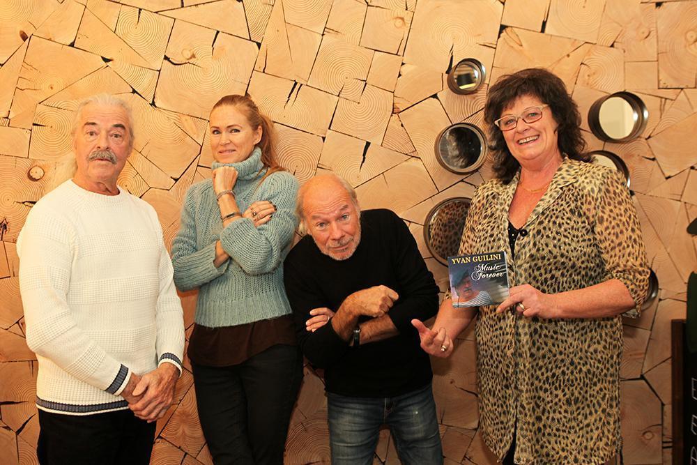 Een leuk onderonsje met Yvan Guilini (links), muzikante Ruth Verhelst uit Kortrijk, Chris De Brakeleer en Carolina Guilini.